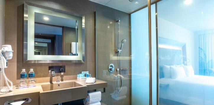 rooms-executive-room-king-bathroom-mg-off_1920x1080-2-2