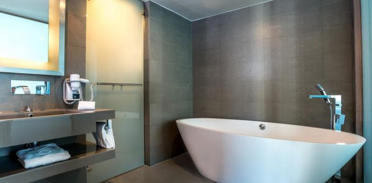 rooms-executive-suite-bathroom_1920x1080-2-2
